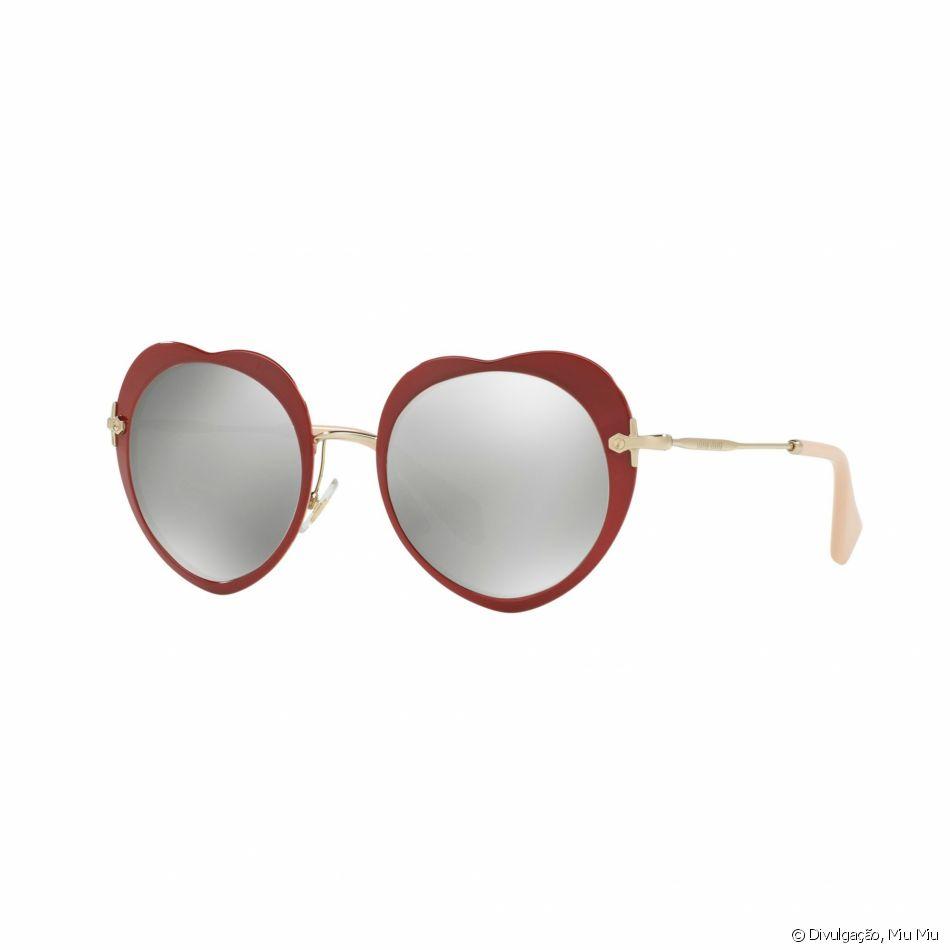 5398ea4908fcf Os óculos de lentes redondas e armação de coração da Miu Miu são vendido  pela marca por   420