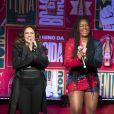 Daniela Mercury e Iza se divertiram durante a apresentação. 'Essa música nós empodera, né?', declarou a baiana