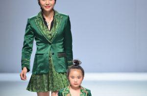 Crianças desfilam com coques, óculos cool e metalizado na China Fashion Week