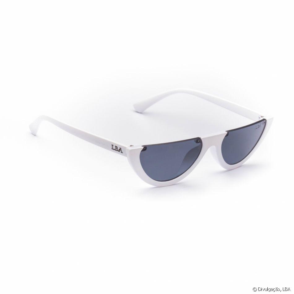 6193e10db Com lentes geométricas e modernas, o modelo Retro Cut Branco da LBA está à  venda por R$ 99