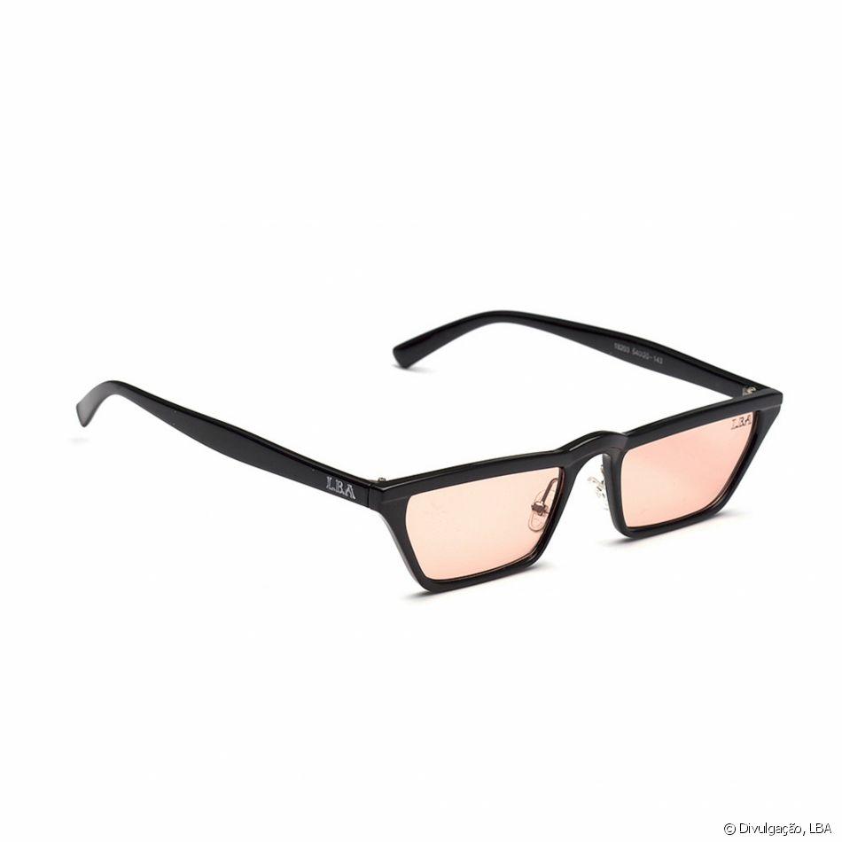 f0b52acea Mini e quadradinho, o modelo Stretch da LBA tem lente rosé e armação preta,  por R$ 99