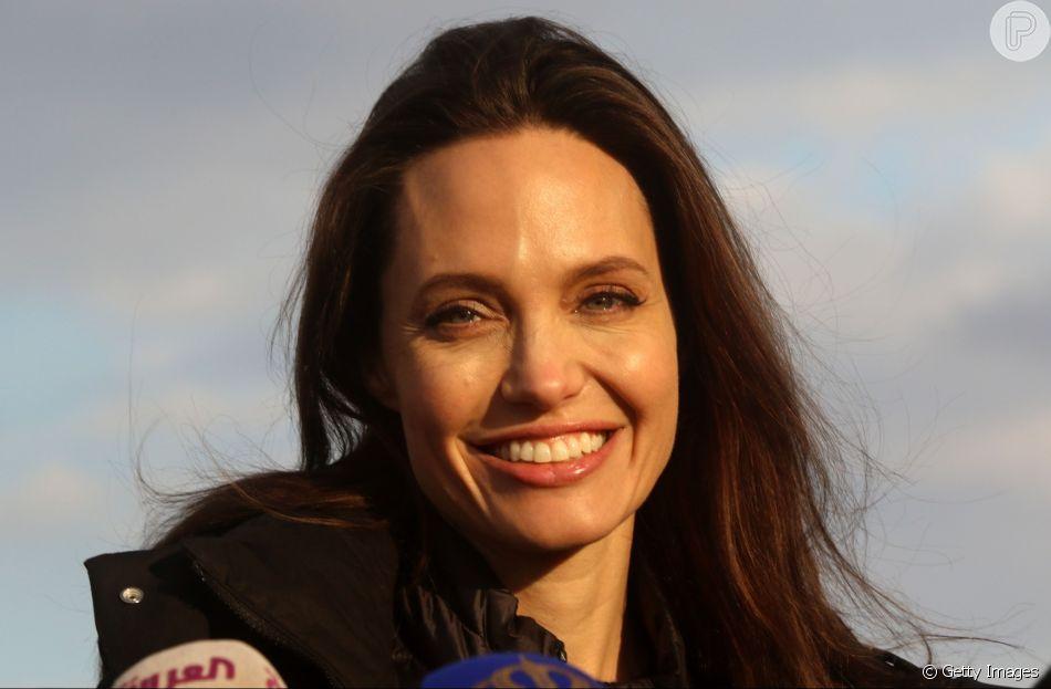 Angelina Jolie engrossa a lista de mulheres com o rosto no formato quadrado 799da88376