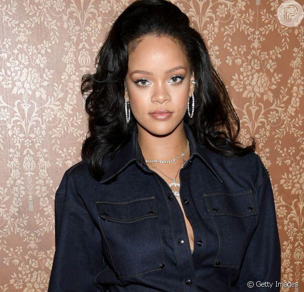 Rihanna investiu em iluminador corporal na nova coleção da Fenty Beauty, sua linha de maquiagem