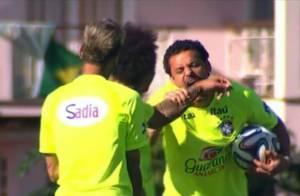 Fred brinca de morder Marcelo durante treino da Seleção Brasileira, no Rio