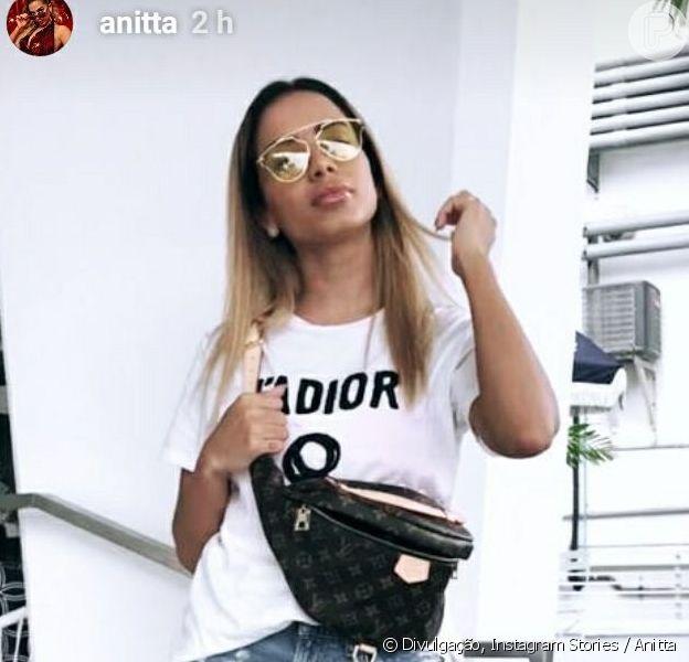 Anitta aproveita cancelamendo de voo para compras roupas nos Estados Unidos, em 8 de abril de 2018