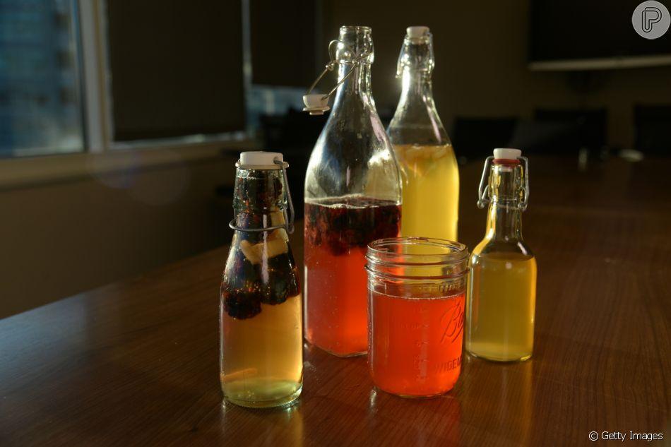 Kombucha pode ser preparado em casa usando o chá verde como base, açúcar refinado ou mascavo e pode ser adicionadas frutas ao seu gosto para deixar a bebida mais saborosa