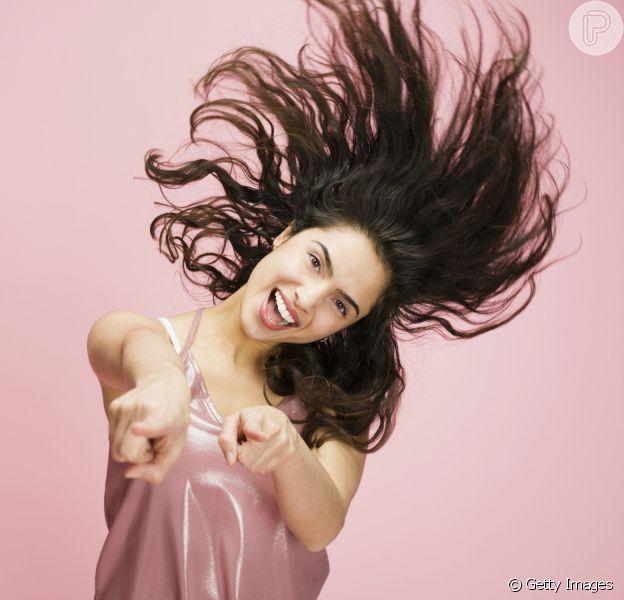 Para descobrir se o seu cabelo é oleoso ou não, fique um dia sem lavar os fios e verifique se ele ficou com o aspecto engordurado
