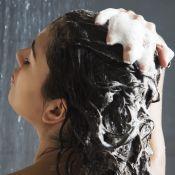 Sólidos, sprays e gel: conheça novos xampus para cuidar dos cabelos