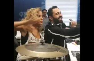 Anitta volta a Miami e exibe cabelo cacheado em programa de rádio. Vídeo!