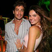 Grávida, Isis Valverde curte cachoeira com o noivo, André Resende. Veja foto!
