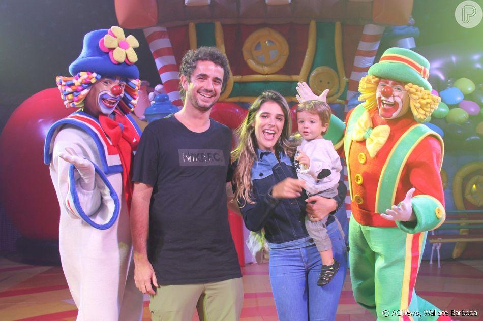 Rafa Brites e Felipe Andreoli levaram o filho, Rocco, para conferir o circo Patati Patatá, no Rio, no domingo, 15 de abril de 2018