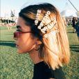 A cantora Manu Gavassi combinou presilhas no cabelo que formavam a frase ' cute psycho drama queen', ou 'rainha do drama fofa e psicótica', para o Coachella 2018