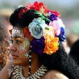 Flores e pequenas presilhas ornaram o cabelo desta fã no primeiro fim de semana do Coachella  Valley Music and Arts Festival , realizado em Indio, na Califórnia, Estados Unidos, em 13, 14 e 15 de abril de 2018