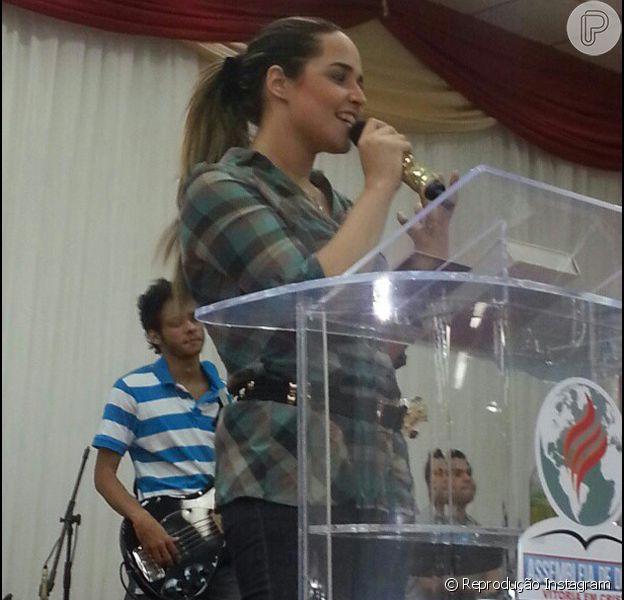 Perlla ministra culto evangélico no município de São João do Meriti, após largar o funk no início de 2012
