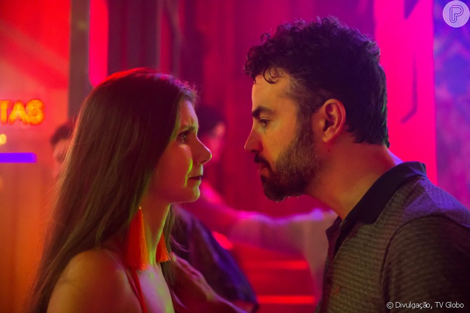 Juvenal (Anderson Di Rizzi) despreza Desireé (Priscila Assun) para defendê-la de Renato (Rafael Cardoso) na reta final da novela 'O Outro Lado do Paraíso': 'Cachorra!'