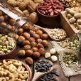As oleagionosas, assim como a carne e os  vegetais folhosos verde-escuros, são ricos em zinco. ' O zinco está relacionado à liberação de serotonina, um neurotransmissor associado à sensação de bem-estar', afirma Patricia Davidson