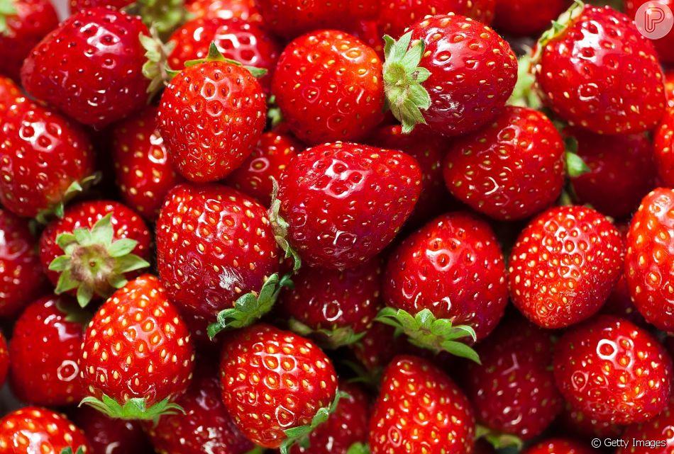 Com potencial antioxidante, o morango, assim com as outras frutas vermelhas,  auxilia na redução de inchaço e de peso corporal na menopausa