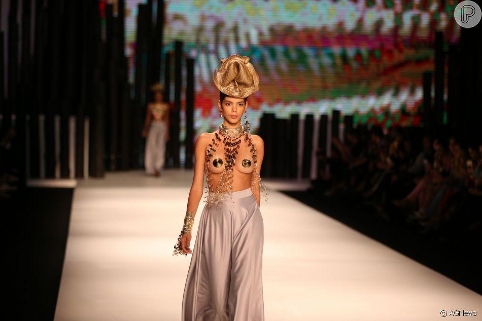 d6b1e09b108a7 Sindjoias chamou atenção poder modelos usando tampa-mamilos no Minas Trend