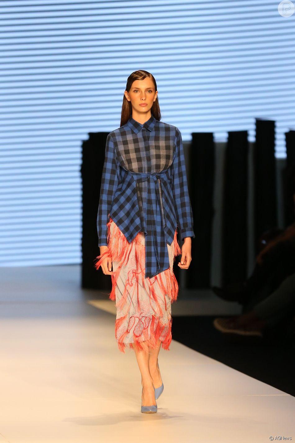 9484d6b0e2c56 trouxe um conceito moderno e bem jovial com estampas em xadrez - estilo  buffalo azul - peças desfiadas e jeans