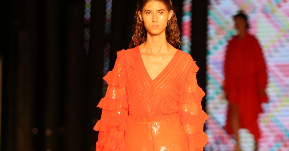 4042fbce7fa94 Leticia Manzan trouxe os anos 80 direto para 2019 com muito brilho e  transparência em vestidos e blusões com a coleção Disco Gym - Purepeople