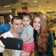 Marina Ruy Barbosa posa com fã mirim ao lançar coleção pela Colcci em shopping no Rio