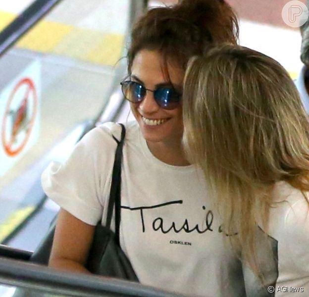 Fernanda Gentil trocou carinhos com a namorada, Priscila Montandon, no aeroporto Santos Dumont, no Rio, nesta segunda-feira, 23 de abril de 2018