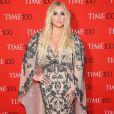 A cantora Kesha  apostou em um vestido longo de bordados e decote