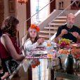 Cecília (Bia Arantes) toma café da manhã com Dulce Maria (Lorena Queiroz), Adolfo (Luiz Guilherme) e Gustavo (Carlo Porto) após se separar do empresário, na novela 'Carinha de Anjo'