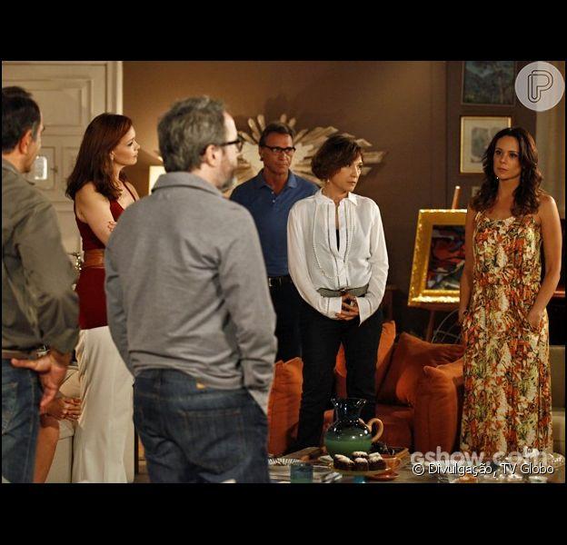 Juliana (Vanessa Gerbelli) revela para a família que Nando (Leonardo Medeiros) pode ser o pai de Bia (Bruna Faria), em 7 de julho de 2014, na novela 'Em Família'