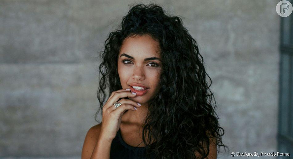 A atriz Giovana Cordeiro, a Cleo da novela 'O Outro Lado do Paraíso', revela quais tratamentos costuma fazer para deixar os seus cachos bem definidos