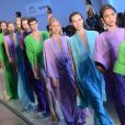 Modelos desfilam durante o evento de moda com cores vibrantes e apostas de tons na moda