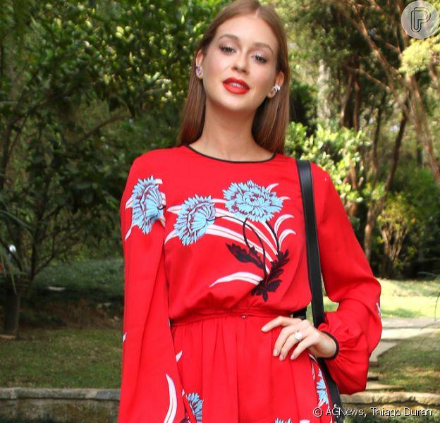 Marina Ruy Barbosa contrastou vestido vermelho com ankle boot branca no lançamento da nova coleção da Mr. Cat, em São Paulo, nesta quinta-feira, 26 de abril de 2018