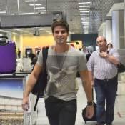 Jonatas Faro esbanja simpatia ao embarcar em aeroporto no Rio