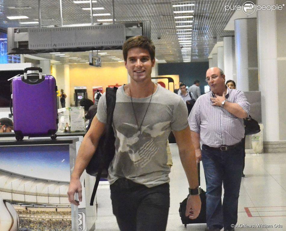 Jonatas Faro esbanja simpatia ao embarcar em aeroporto no Rio 1º de julho de 2014