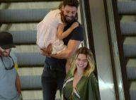 Cauã Reymond carrega Sofia no colo em passeio com a namorada, Mariana Goldfarb