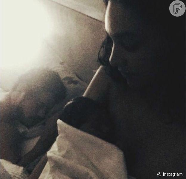 Débora Nascimento compartilhou a primeira foto com a filha, Bella, em seu Instagram, nesta segunda-feira, 30 de abril de 2018