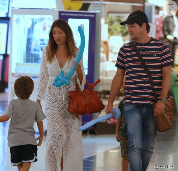 Marcelo Serrado passeia no shopping com a mulher e os gêmeos, Guilherme e Felipe, nesta quarta-feira, dia 02 de maio de 2018