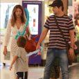 Marcelo Serrado, a mulher, Roberta, e os filhos, Felipe e Guilherme, passeiam em shopping na Gávea