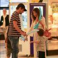 Marcelo Serrado passeia no shopping com a mulher e os gêmeos, Guilherme e Felipe