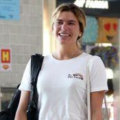 Comfy e básico: Mariana Goldfarb usa t-shirt bordada e tênis rasteiro ao viajar