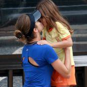 Grazi Massafera dá selinho na filha após corrida com namorado na praia. Fotos!
