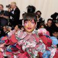 Rihanna  com um vestido inspirado no tema  Rei Kawakubo/Comme des Garçons do  MET Gala 2017