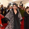 Em seu primeiro MET Gala, em 2015,  Lady Gaga  usou um vestido tipo quimono com mais de 14 mil lantejoulas
