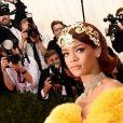 Rihanna  parou o tapete vermelho do MET Gala 2015 com o vestido da  estilista chinesa Guo Pei que bordado a mão com fio de ouro