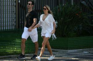 Caminhada em casal! Ticiane Pinheiro e Cesar Tralli curtem juntos praia no RJ