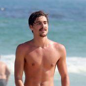 Namorado de Sasha Meneghel, Bruno Montaleone joga bola na praia com amigos no RJ