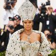 Rihanna se inspirou no Papa em um look Maison Margiela Artisanal por John Galliano