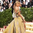 A atriz Jasmine Sanders  exibe cauda gigante em vestido H&M no Met Gala 2018