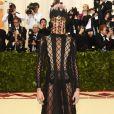 A modelo Cara Delevingne de Christian Dior Alta-Costura Verão 2018 no MET Gala 2018