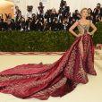 Blake Lively precisou alugar um ônibus de festa para não amassar o vestido Versace escolhido para o MET Gala 2018
